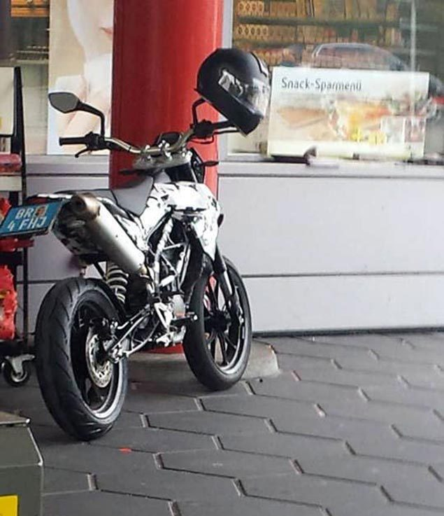 ktm-duke-supermoto-spy-photo.jpg.e953010